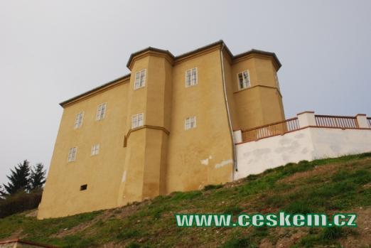 Tvrz přestavěná do podoby zámku.