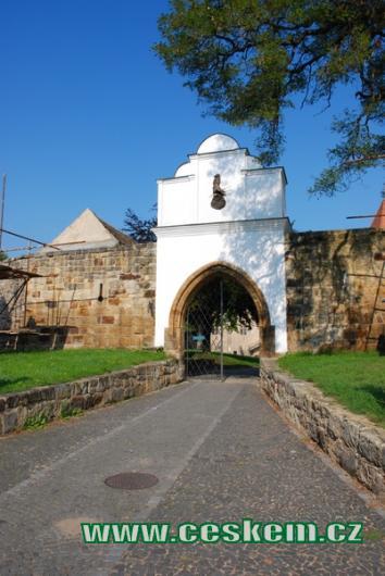 Brána do zámku.