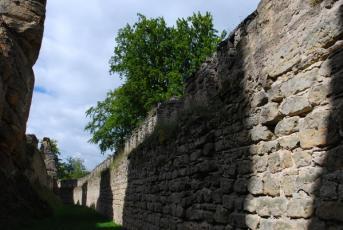 Helfenburk - Hrádek na Litoměřicku - Hrádek u Úštěku, kde podle dávné pověsti žily opice.