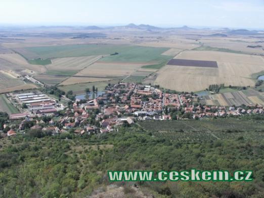 Pohled na obec z hradu Házmburka.