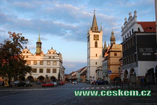 Muzeum a městská věž na zdejším Mírovém náměstí.