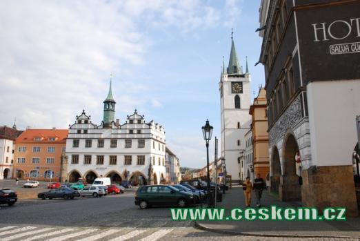 Mírové náměstí, vpravo Dům u Černého orla.