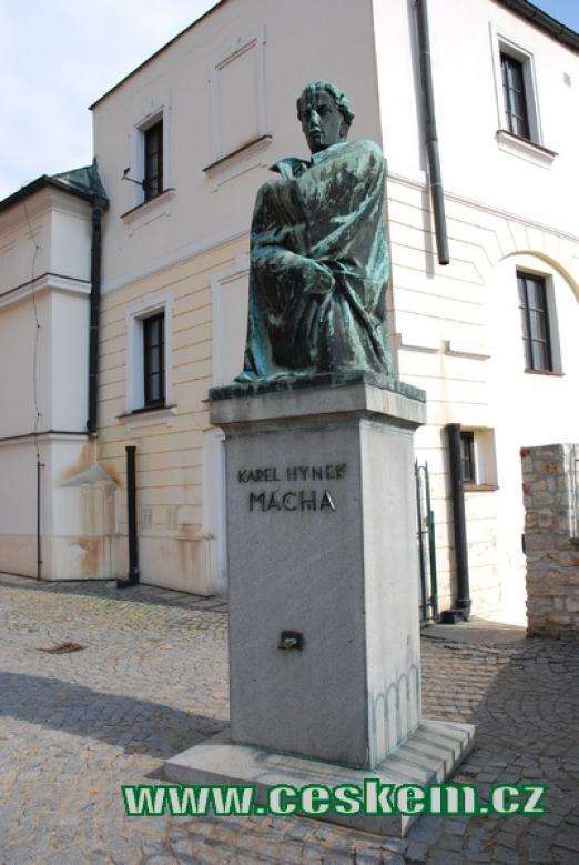 Socha K.H.Máchy na konci Máchových schodů.