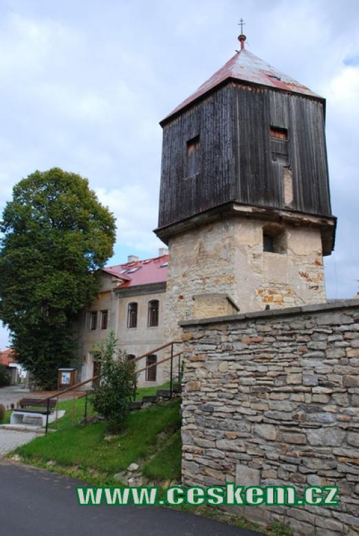 Zdejší dřevěná zvonice.