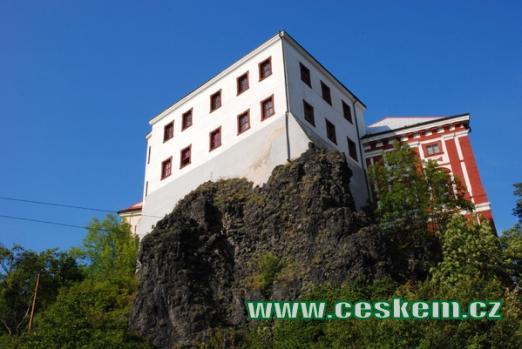 Renesanční zámek nedaleko Milešovky.
