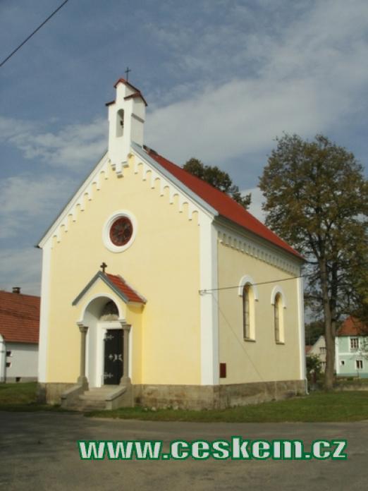 Kaple sv. Anežky Přemyslovny na místní návsi.