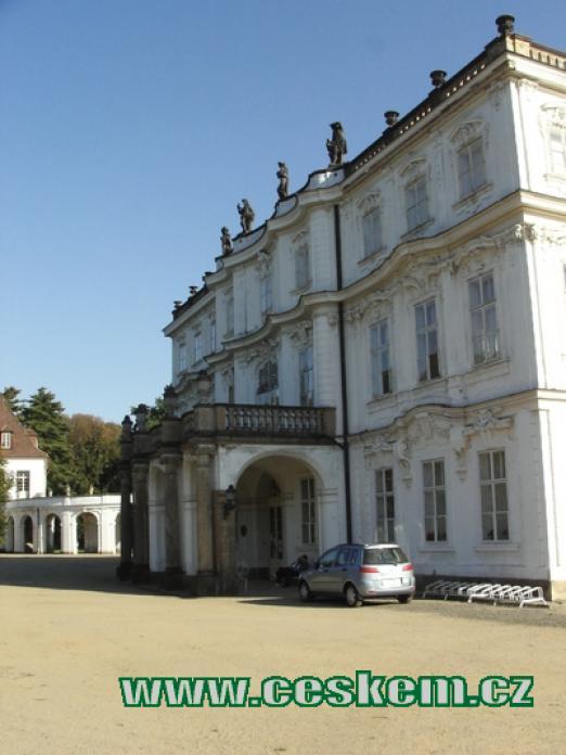 Jedna ze zámeckých budov.