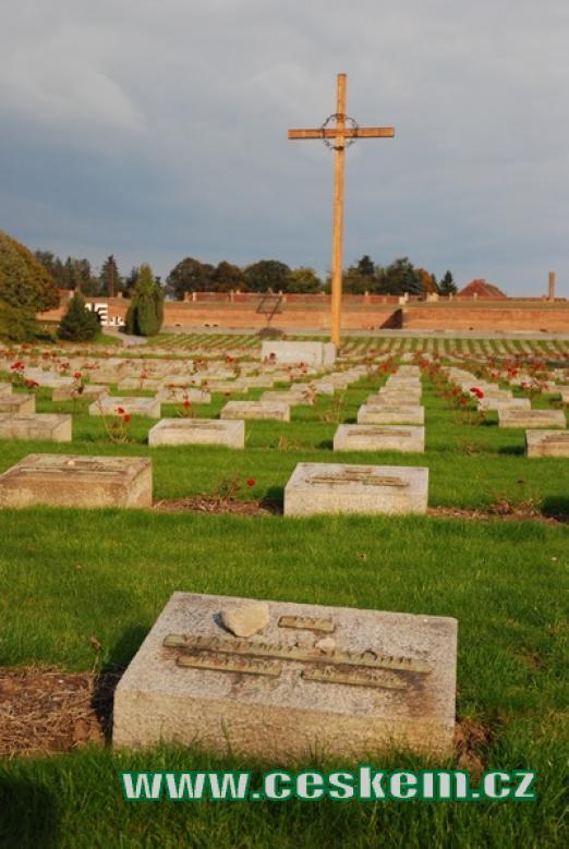 Pohled na náhrobky na Národním hřbitově v Terezíně.