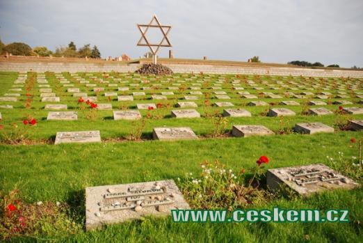 Pohled na náhrobky na terezínském Národním hřbitově.
