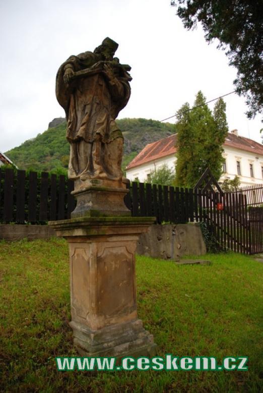 Barokní socha u místního kostela.