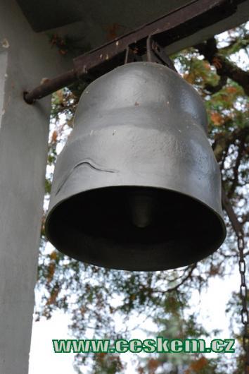 Zvonice na zdejší návsi.