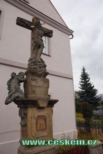 Kříž u jednoho z domů.