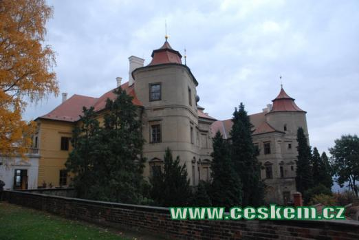 Malebný zámek nedaleko Horního Jiřetína.