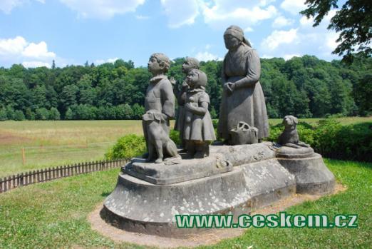 Pomník Babička s dětmi je symbolem Babiččina údolí.