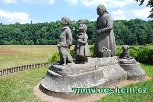 Pomník Babička s dětmi od Otto Gutfreunda.