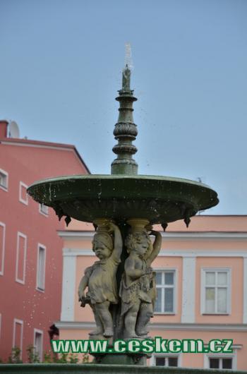 Kašna na Mírovém náměstí.