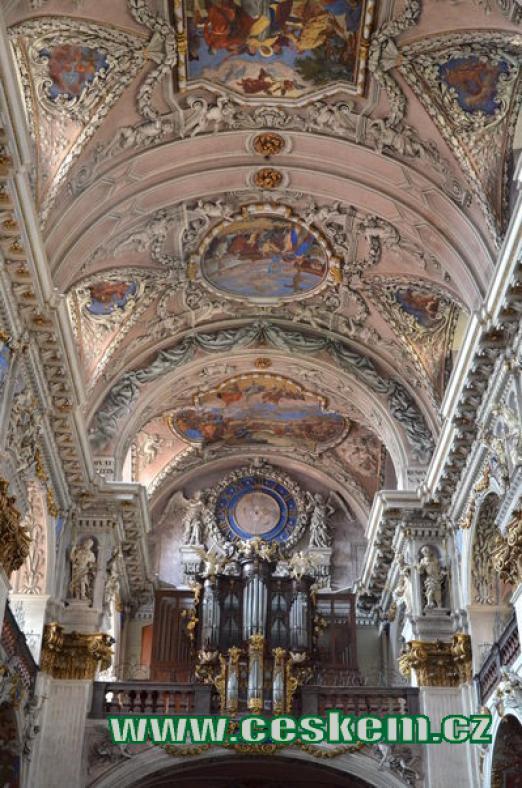Varhany a strop hlavní lodi.