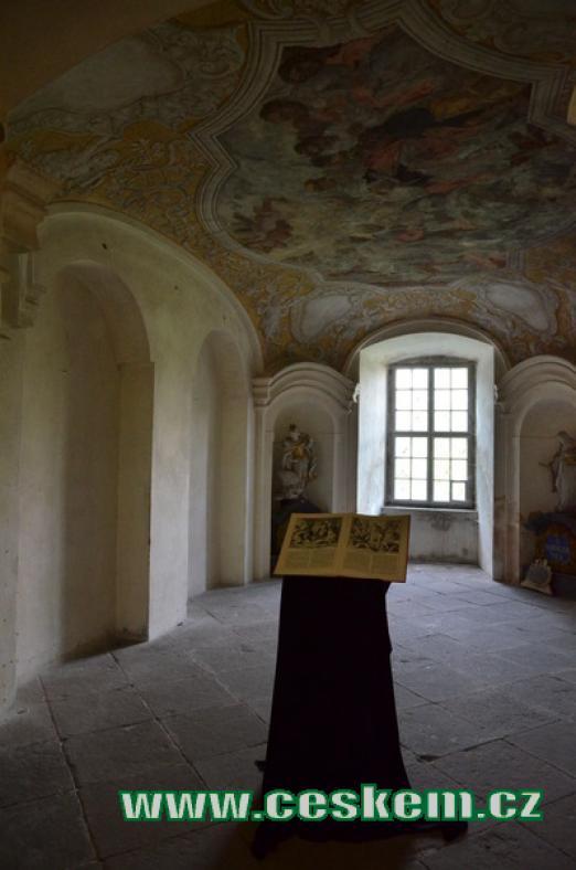 Interiéry dávného kláštera.