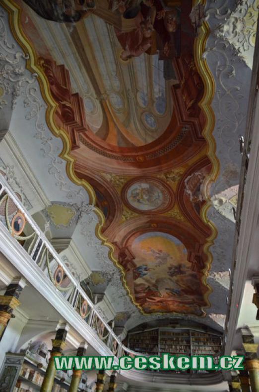 Zdobený strop kláštera.