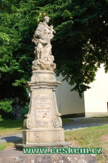 Socha sv. Jana před kostelem Nanebevzetí Panny Marie.