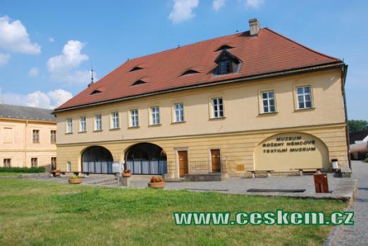 Muzeum Boženy Němcové a Textilní muzeum.