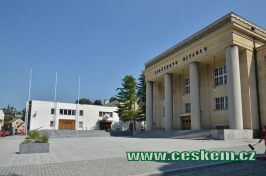 Budova Jiráskova divadla.