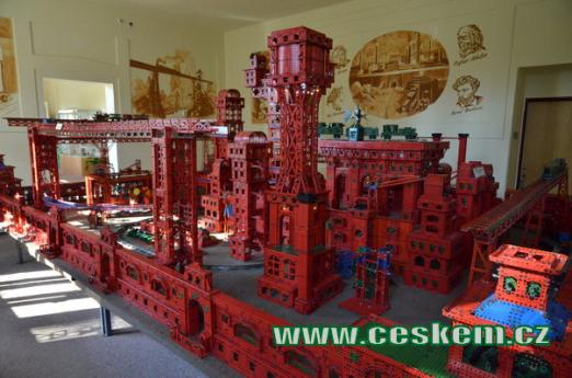 Ocelové město z oblíbené stavebnice.