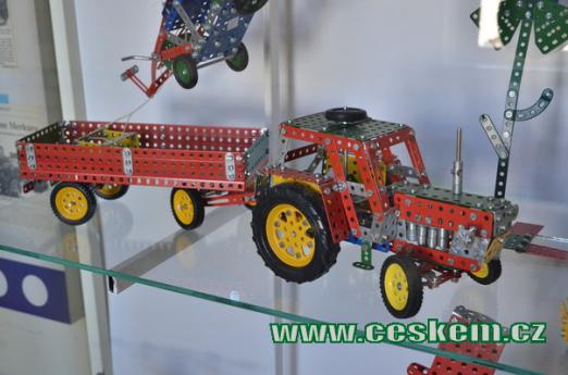 Model traktoru s valníkem.