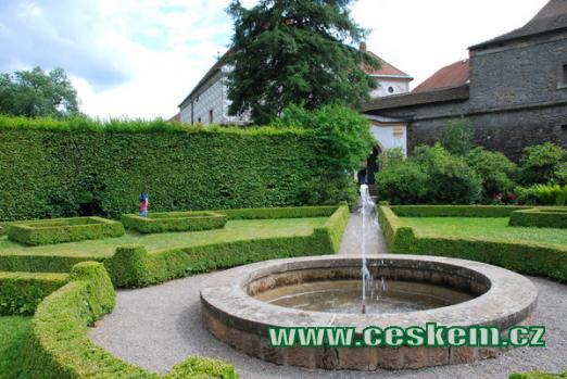 Francouzská zahrada zdejšího zámku.