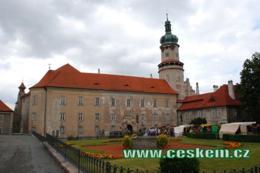 Pohled na zámek z náměstí.