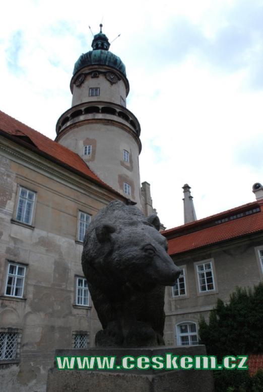 Socha medvěda před bránou do zámku.