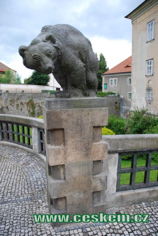 Jedna ze soch medvědů před vstupem do zámku.