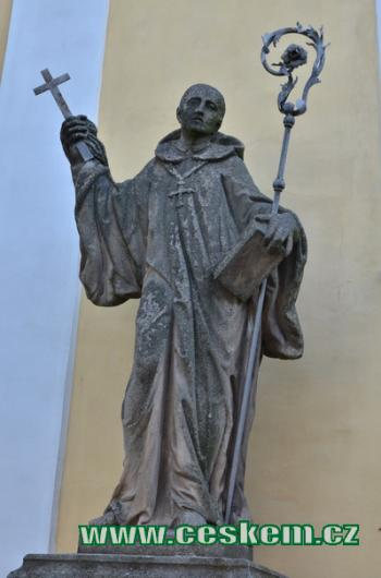 Socha sv. Prokopa u klášterního kostela.
