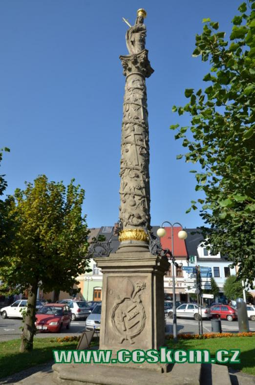 Mariánský sloup se sochou Pany Marie.