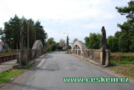 Most se sochami živlů.
