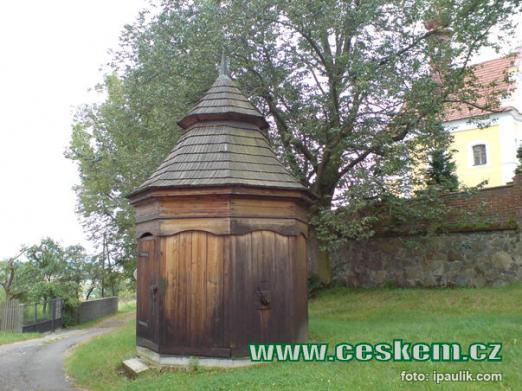 Barokní dřevěná osmiboká studna.