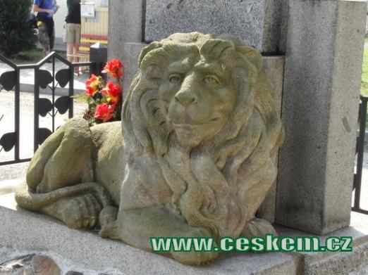 Detail lva z památníku padlých.
