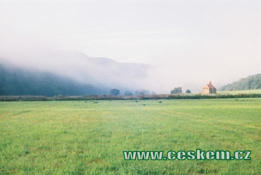 Kostel na břehu Berounky v ranním oparu...