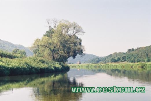 Řeka Berounka nedaleko kostela...