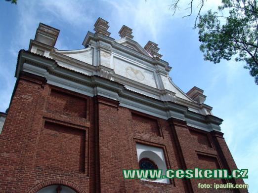 Průčelí kostela sv. Petra a Pavla.