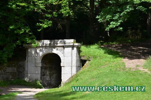 Portál tunelu u osady Jelení.