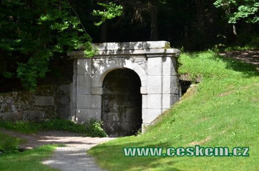 Portál u osady Jelení.