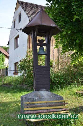 Zvonička na návsi.