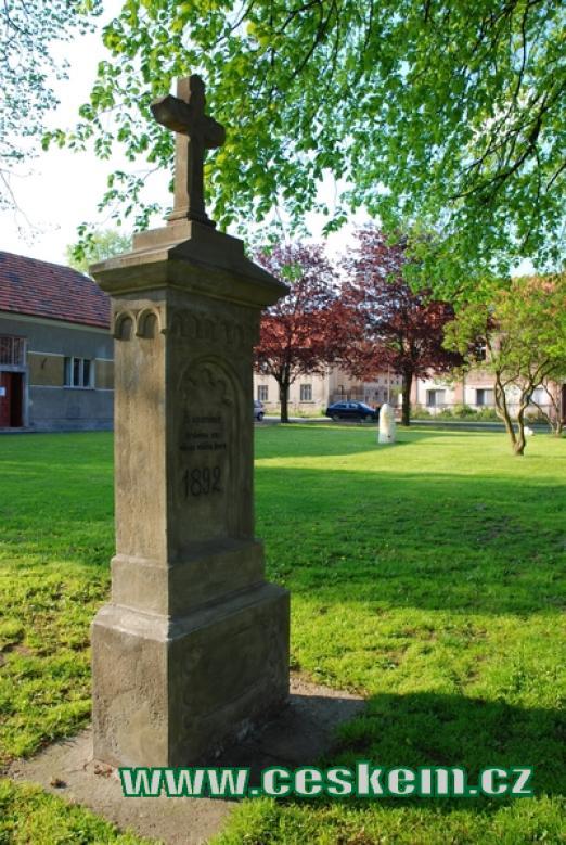 Kříž u zdejšího kostela.