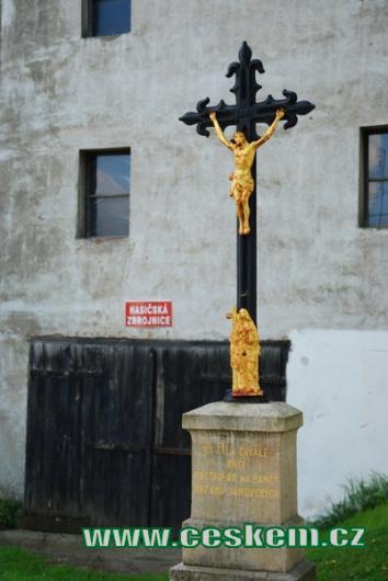 Křížek u místní kapličky.