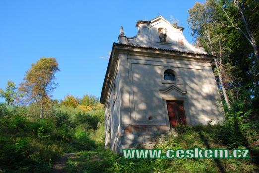 Kaple sv. Vojtěcha severozápadně od obce.