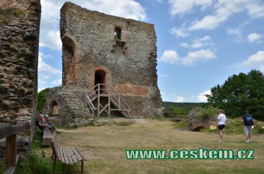 Hlavní věž a nádvoří hradu.