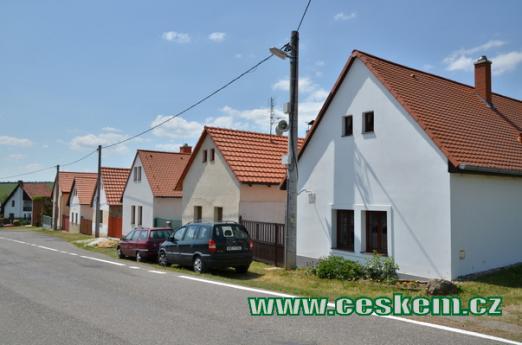 Domky na začátku obce.