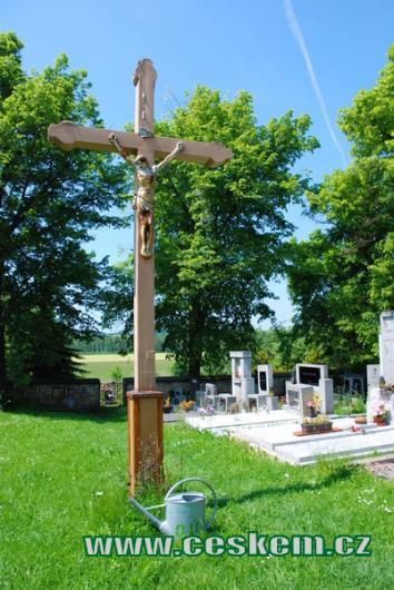 Kříž na zdejším hřbitově.