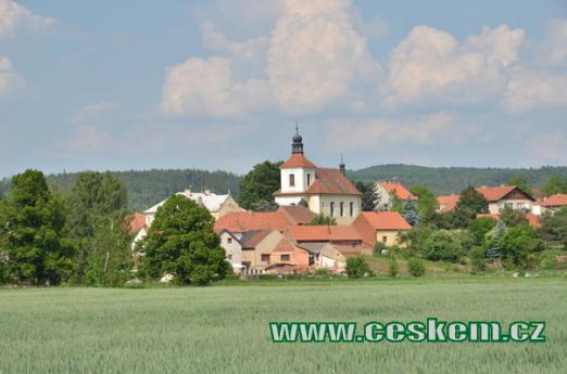 Kostel tvoří dominantu obce.